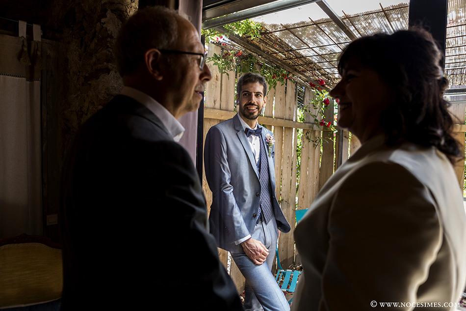 El novio con el padre y la madre de la boda girona