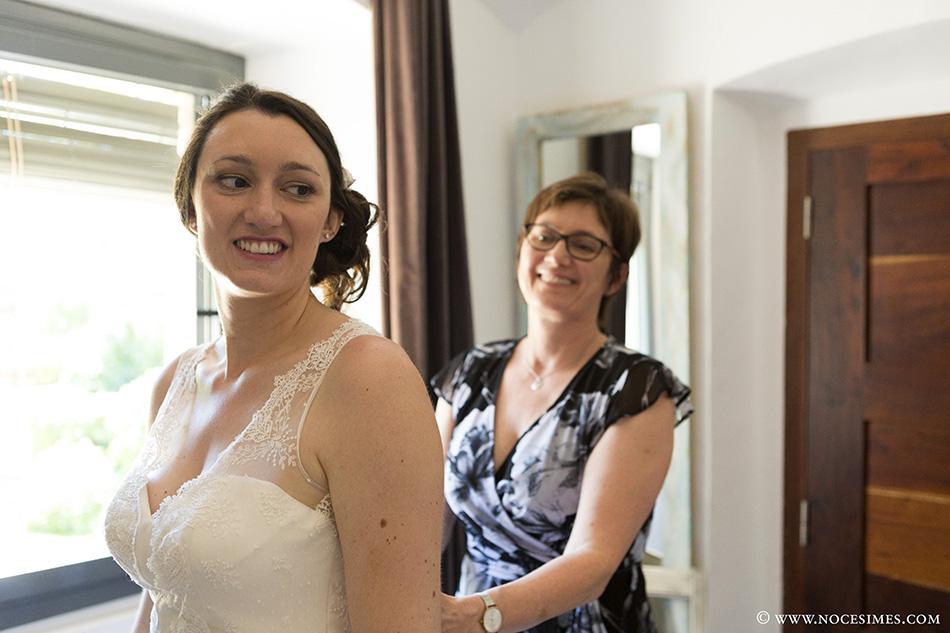 Preparativos de la novia con la madre de la boda