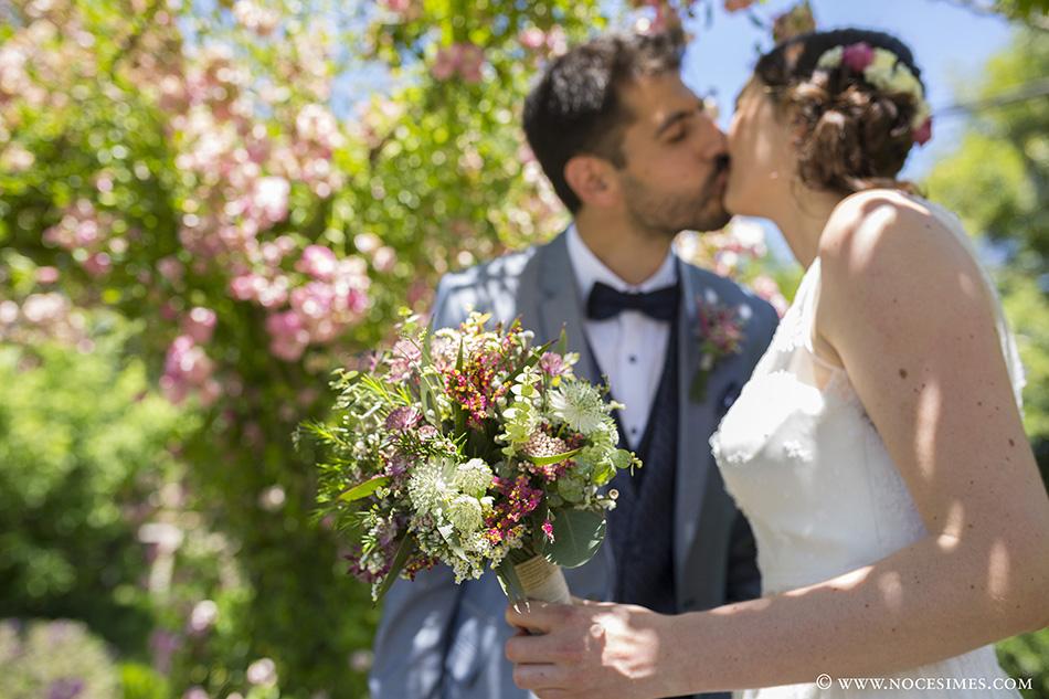 Beso romantico novios boda Mas Carreras Bordils