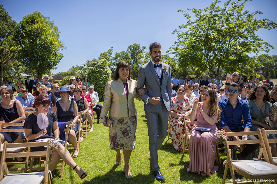 Entrada del novio en la ceremonia de una boda en girona