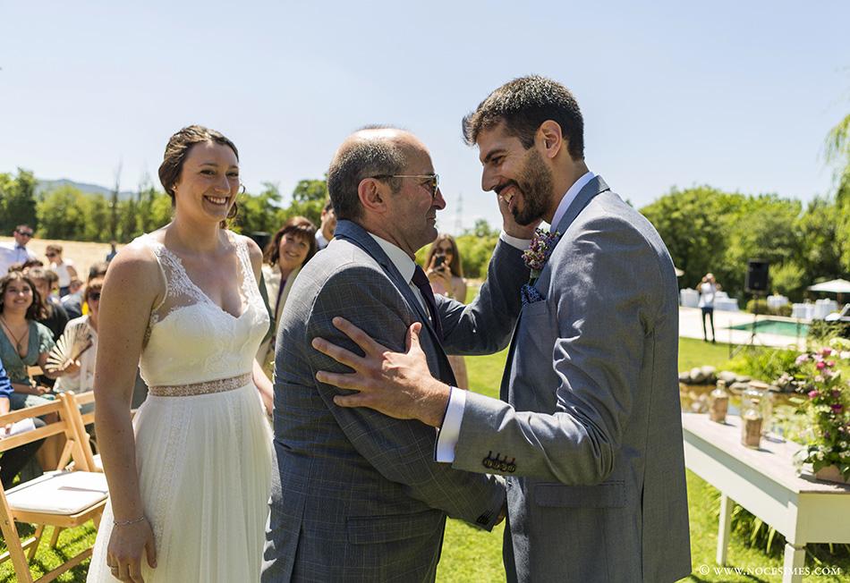 El padre saluda al novio ceremonia Mas Carreras Bordils