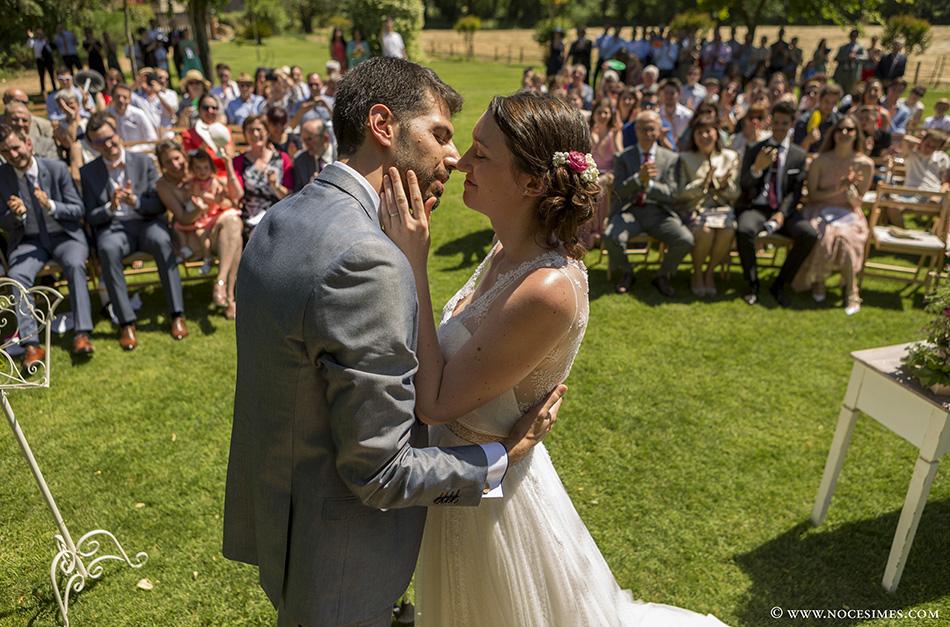 Primer beso de los novios de la boda girona