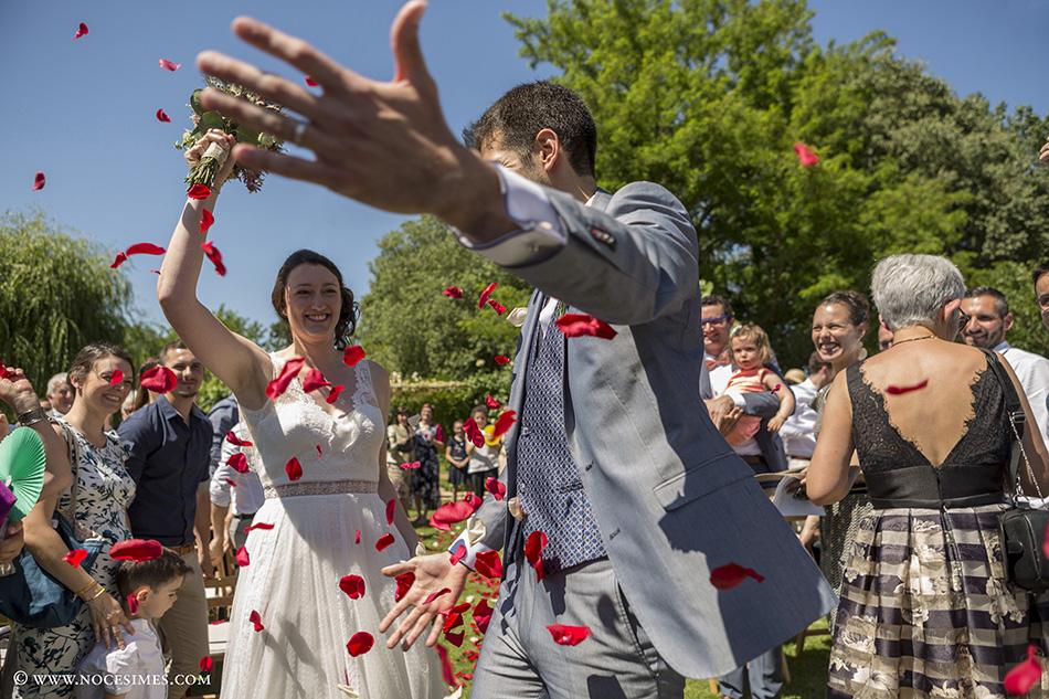 La salida de los novios ya casados bodas girona