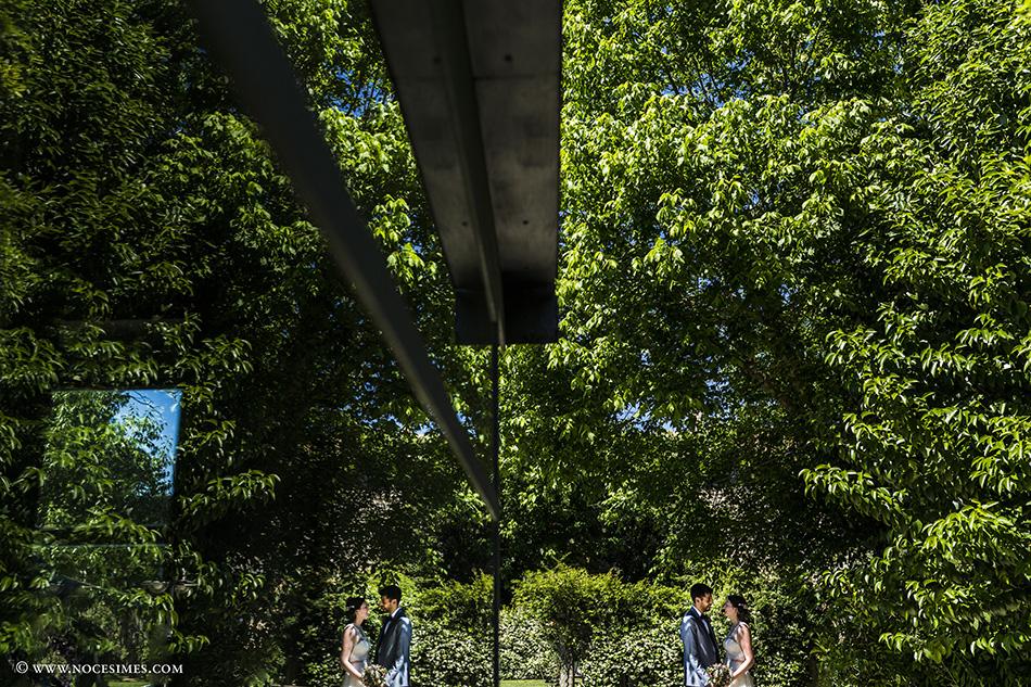 pareja de novios arquitectura fotografia de bodas