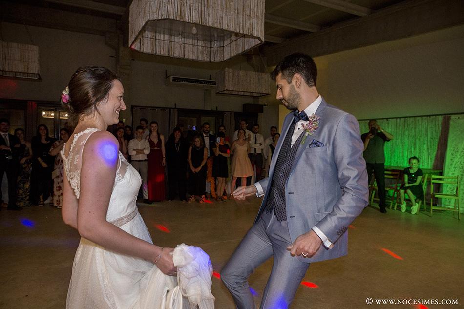 los novios bailando en el Mas Carreras