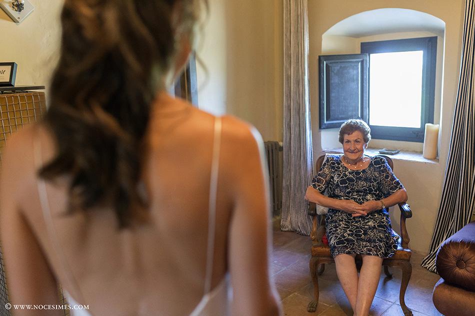 avia mira el vestit de la nuvia fotograf boda