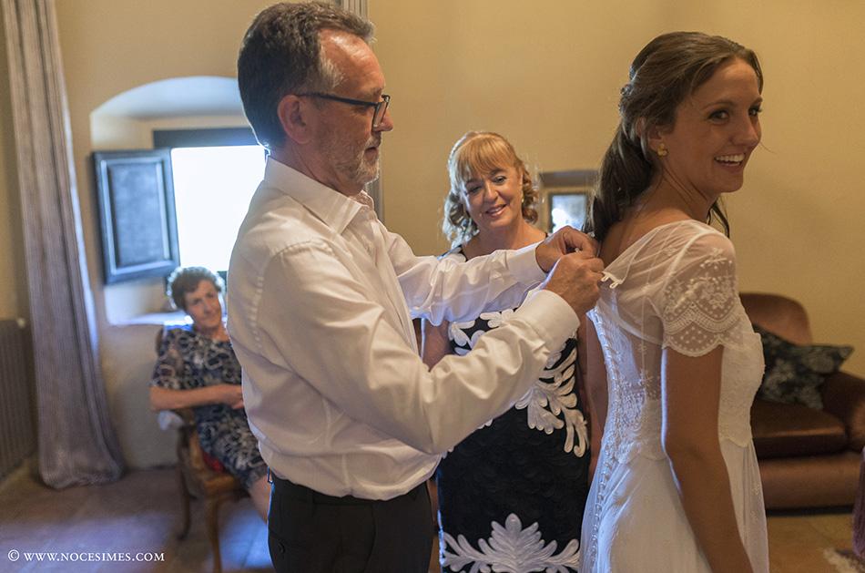 el pare ajuda la nuvia amb el vestit