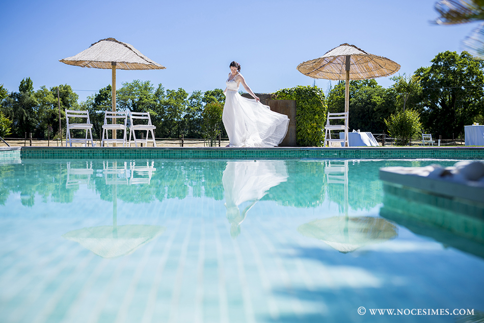 vestit de la nuvia a la piscina del mas carreras