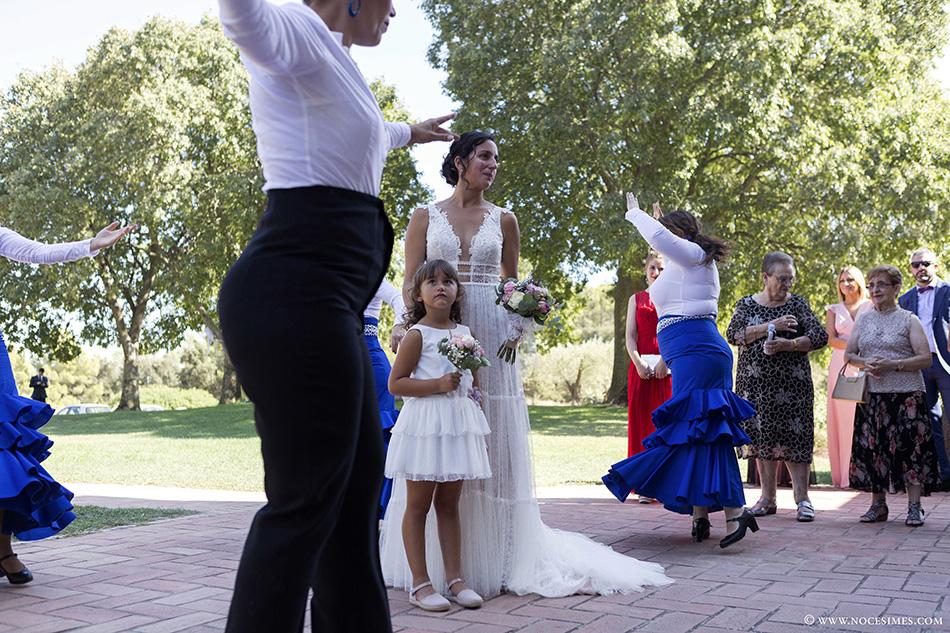 la nuvia i la seva filla gaudeixen de l´exhibicio de ball flamenc
