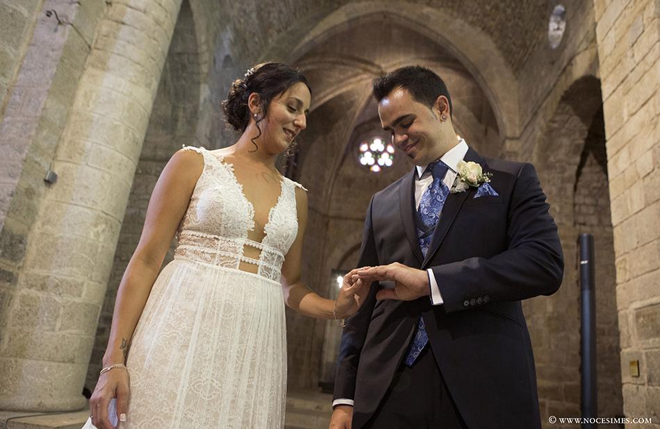 El nuvi mira emocionat l´anell de casat