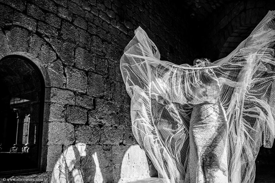 el vestit de la nuvia al claustre de l´esglesia de Vilademuls