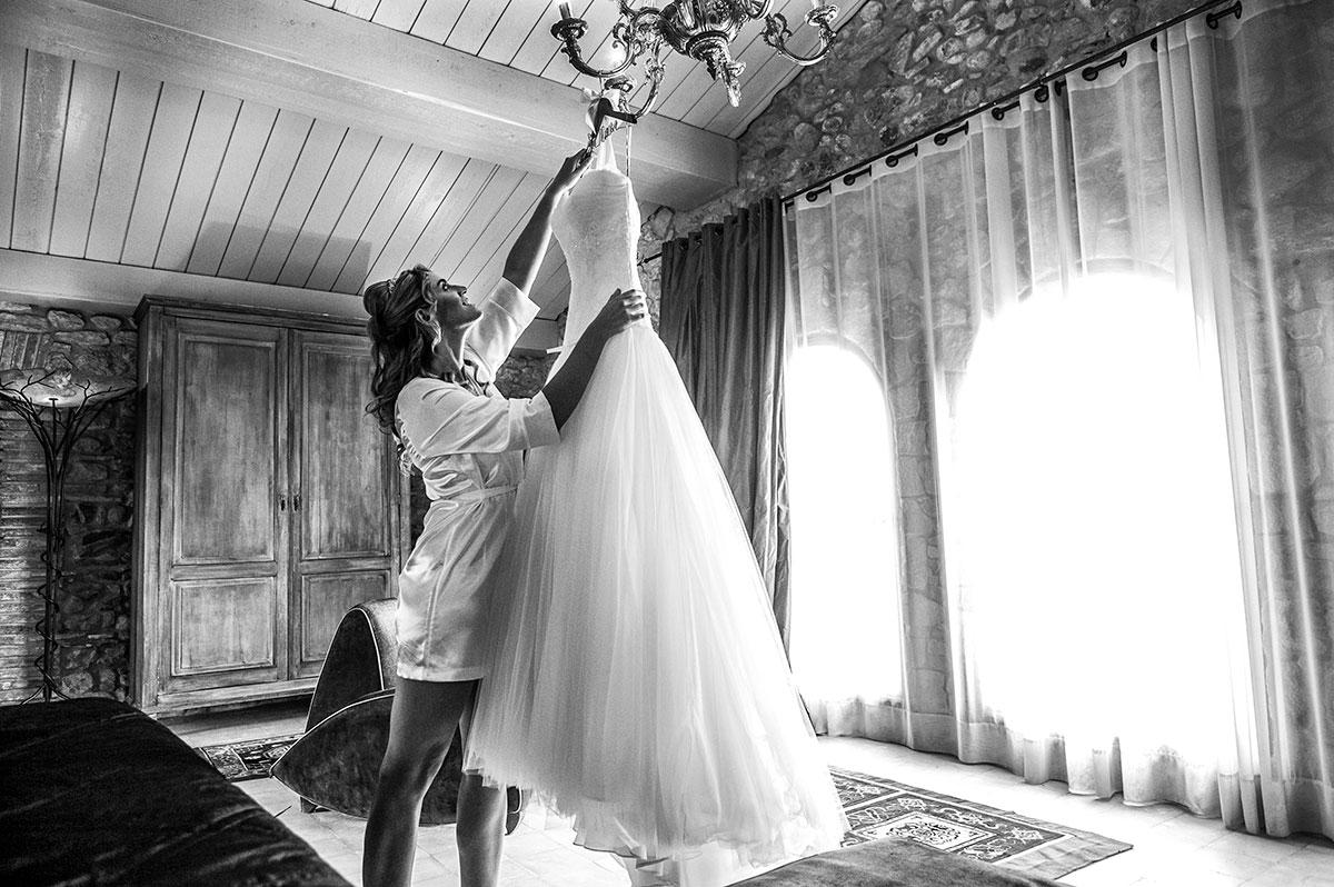 la nuvia agafa el vestit a l´habitacio nupcial del castell d´empordà