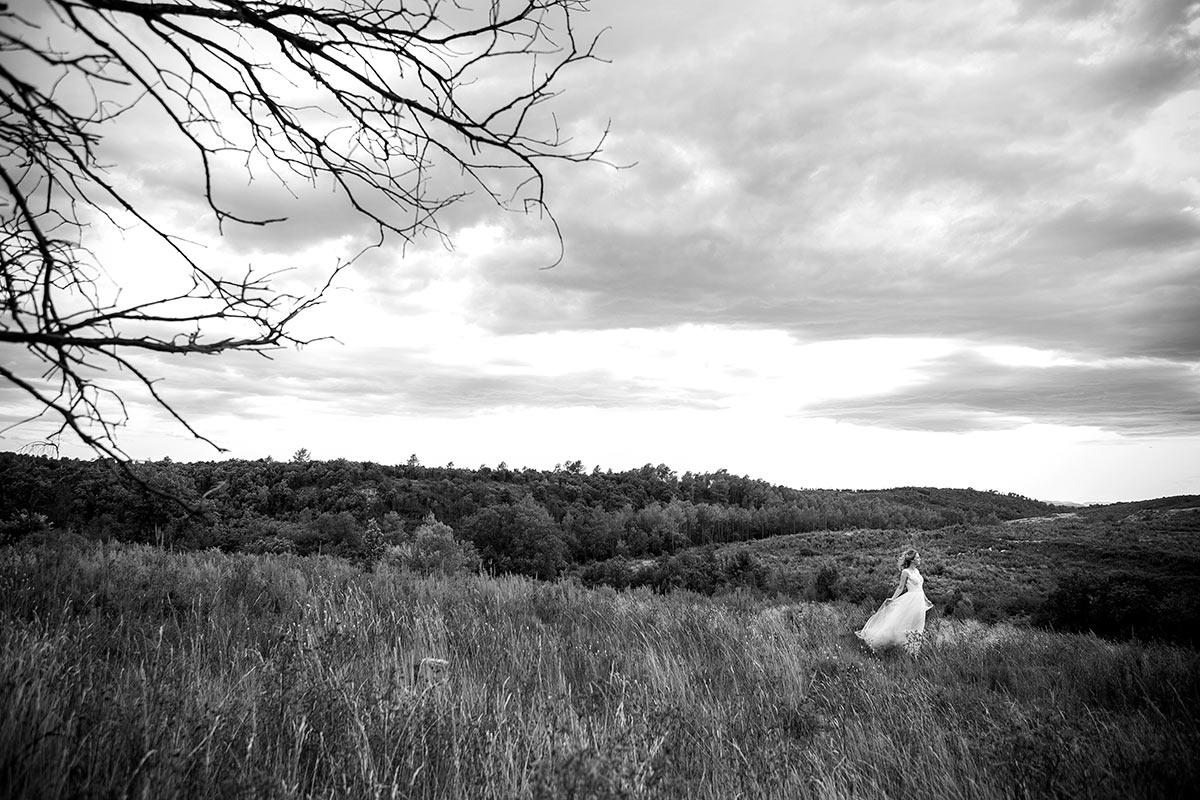 la nuvia amb el seu vestit al paratge del mas oliveres