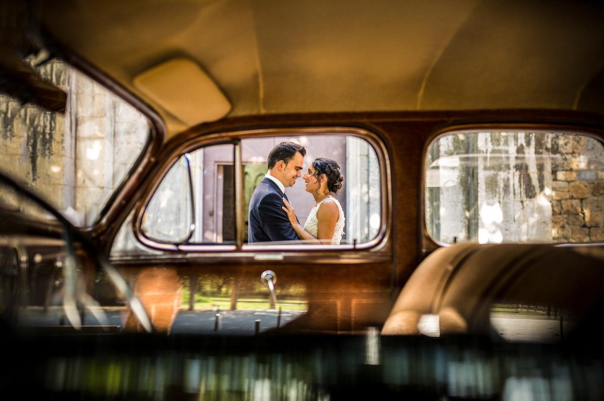 retrat romantic a traves de la finestra del coche nupcial a vilademuls