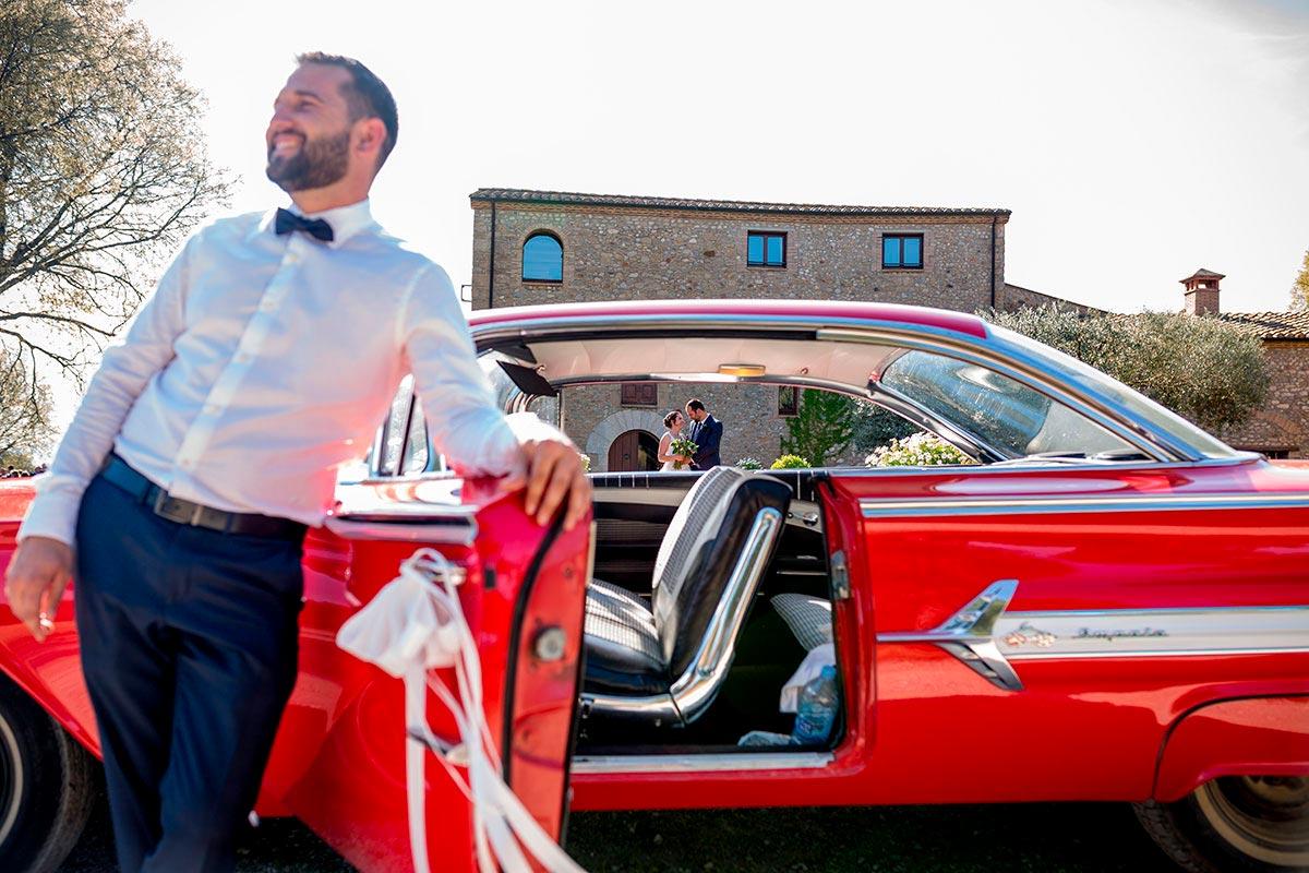 sessio de nuvis amb coche classic al mas terrats