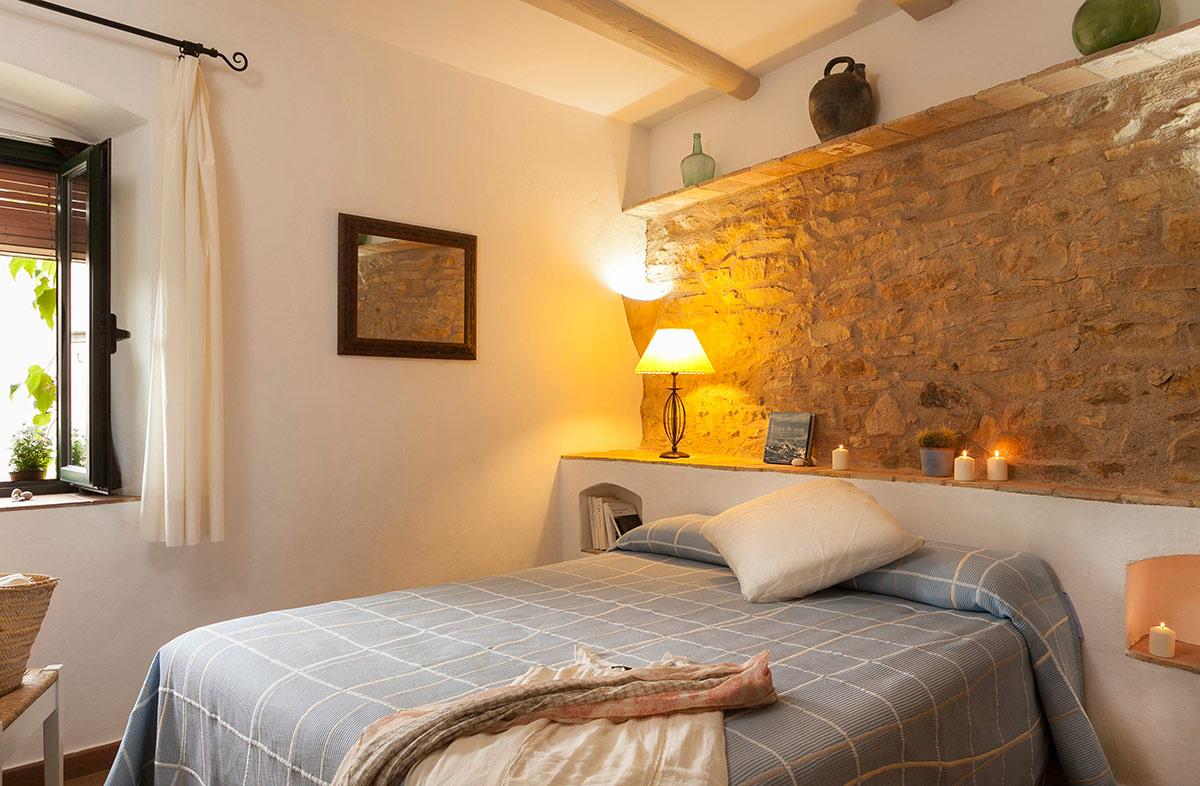 interior del dormitori d´una casa de poble a l´empordà