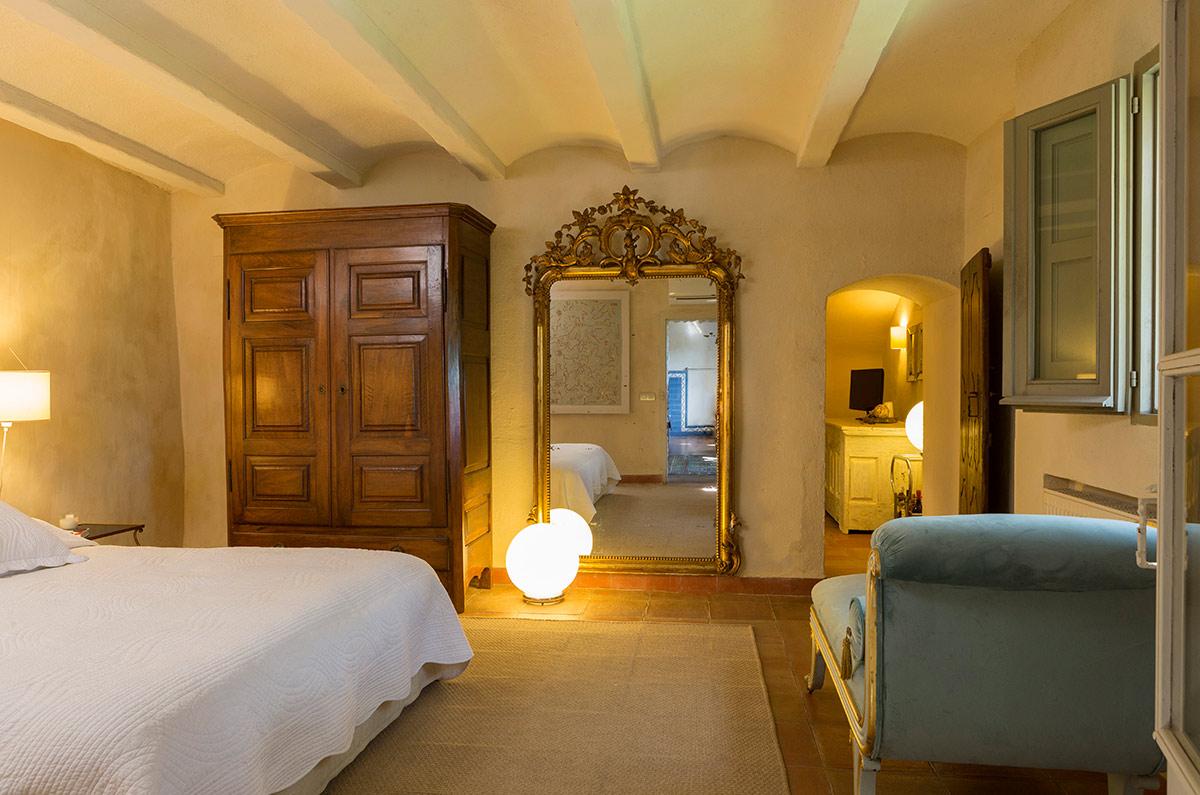 interiorisme del dormitori d´una masia de luxe a l´empordà