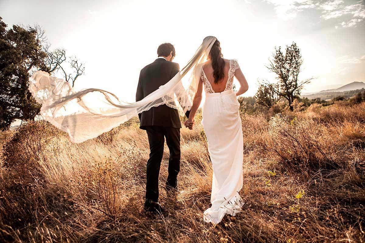 Sessió romàntica d´uns nuvis a la posta de sol de sol en el mas oliveres