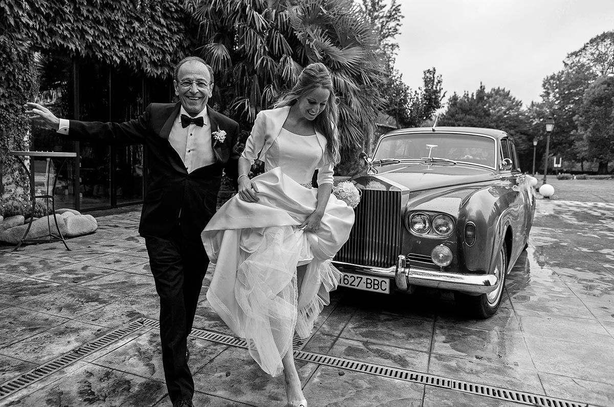 Arriba la núvia acompanyada pel seu pare a la cerimonia del Mas Marroch
