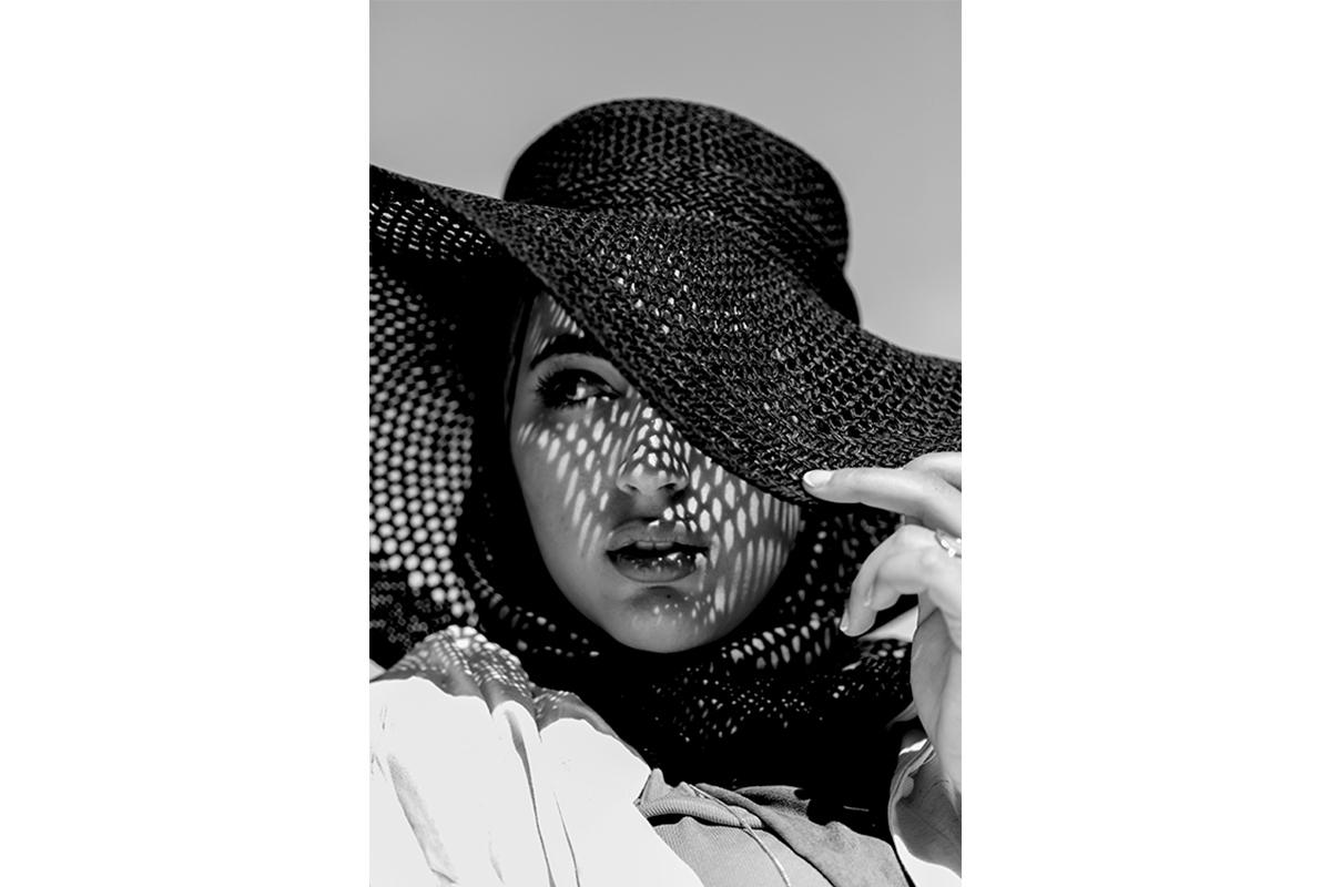 sessio de retrat per influencer arab amb blanc i negre