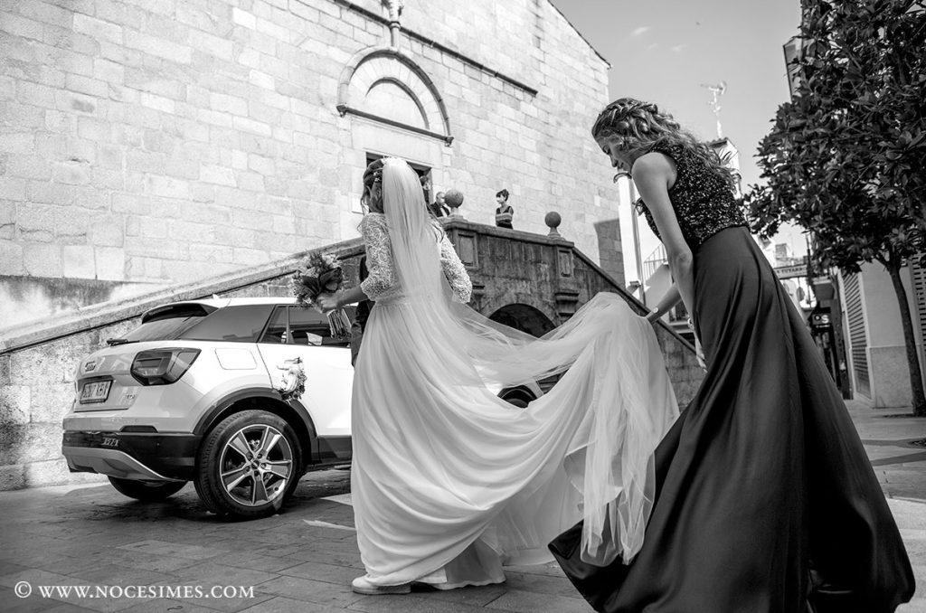 la germana ajuda a portar el vestit de la nuvia