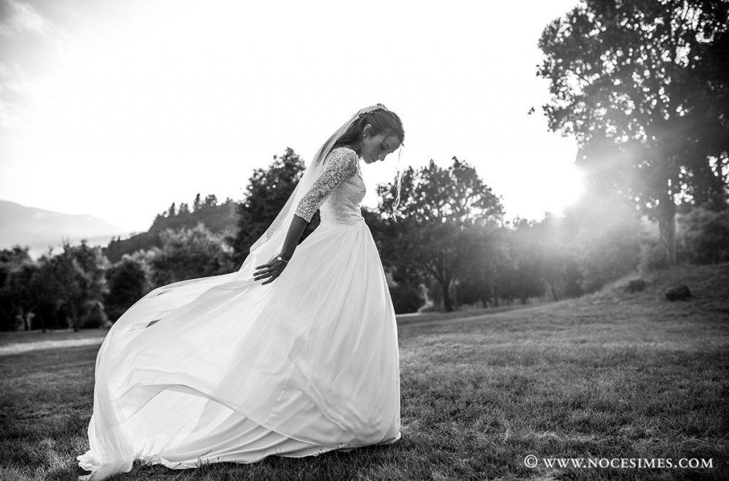 La nuvia juga amb el vestit