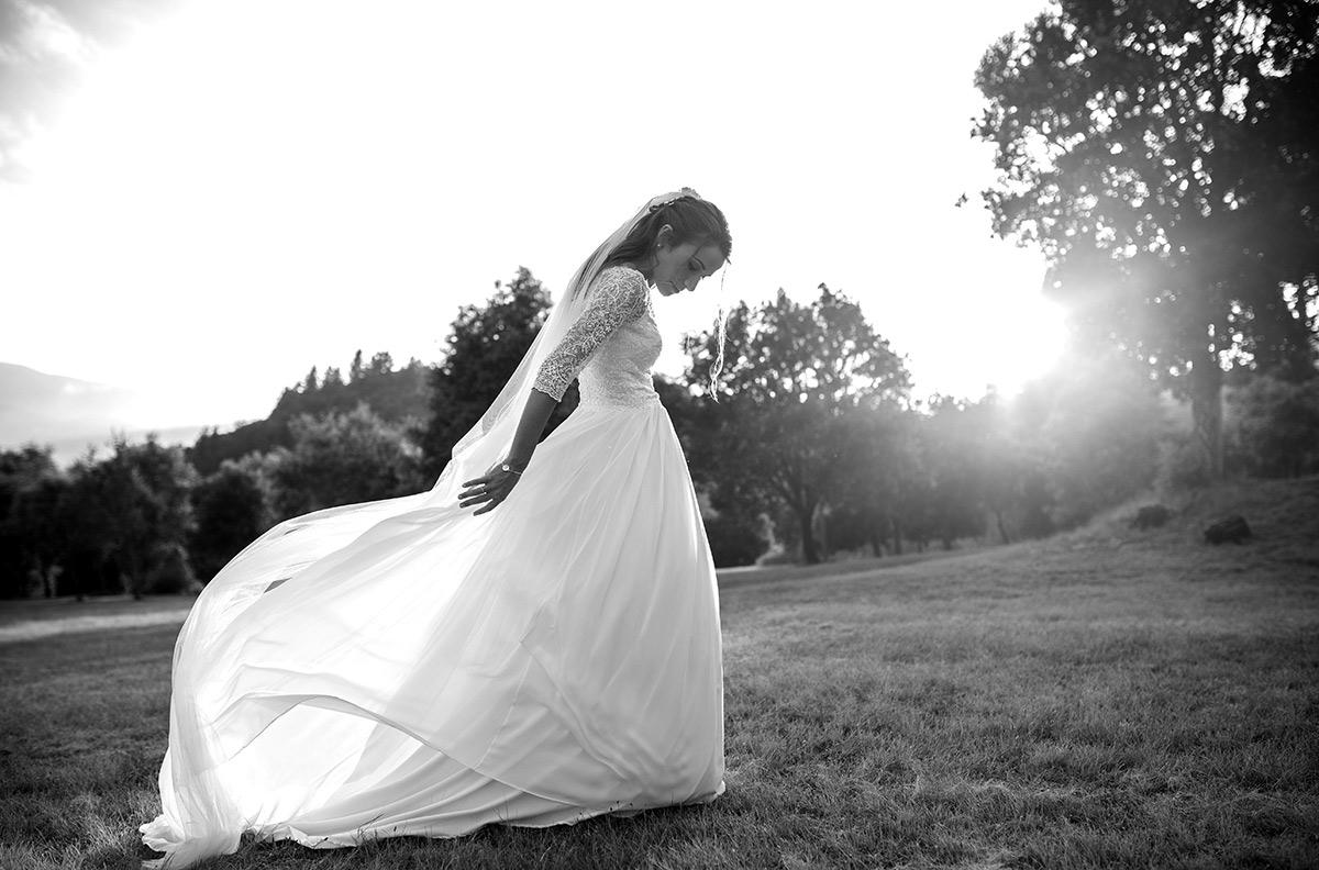 la nuvia juga amb la cua del vestit
