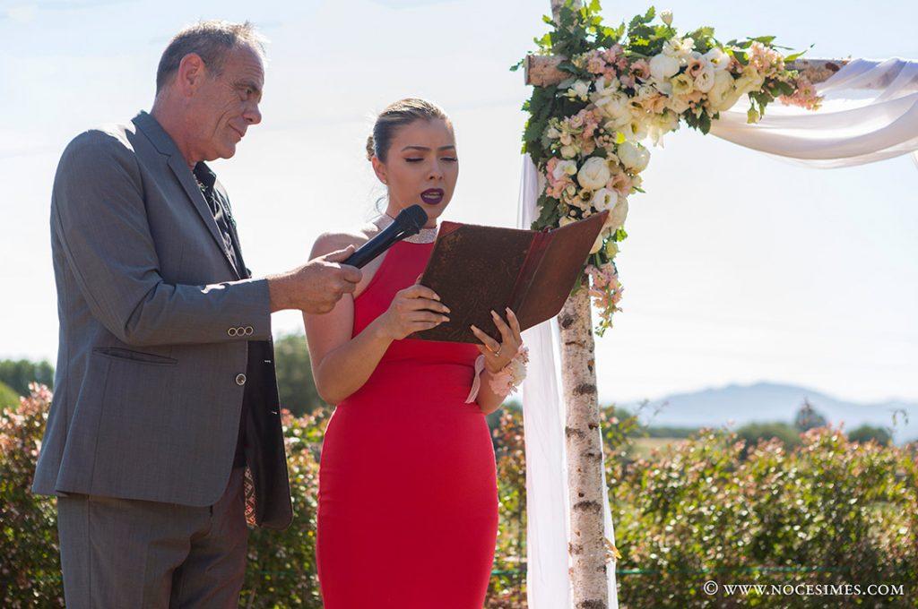 una damar d´honor llegeix a la cerimonia