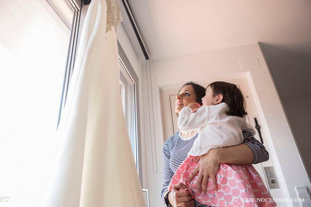 la nuvia ensenya el vestit a la seva filla