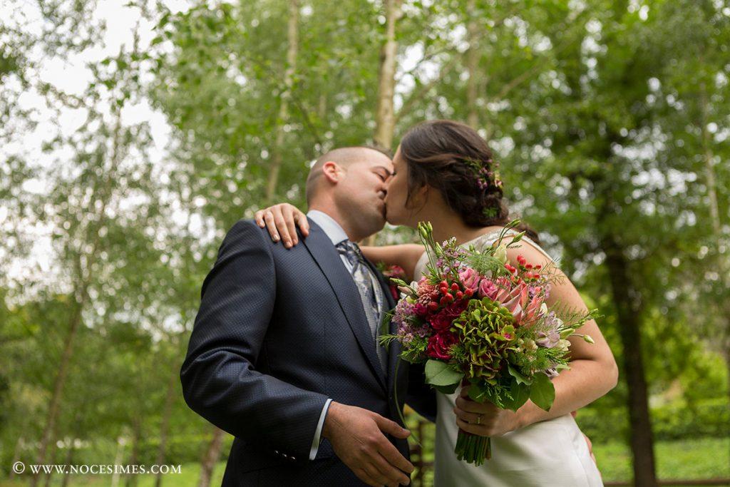 parella de nuvis fent se el peto