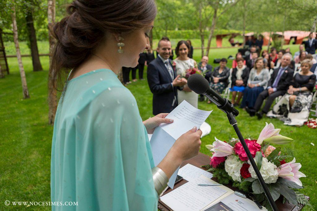 la germana llegint el discurs a la cerimonia
