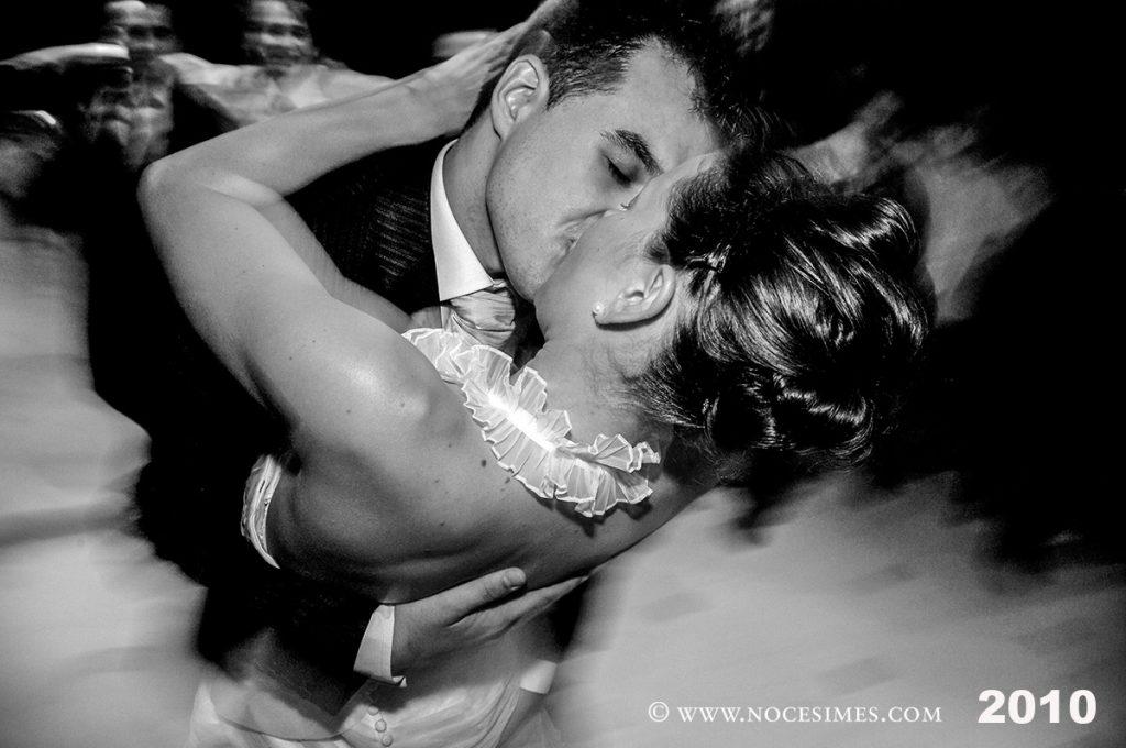 parella de nuvis fent se peto al ball