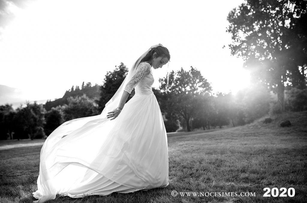 la nuvia juga amb el vel del seu vestit