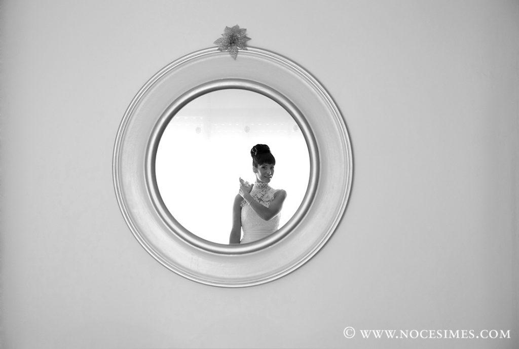 la nuvia es reflexa al mirall de la seva habitacio