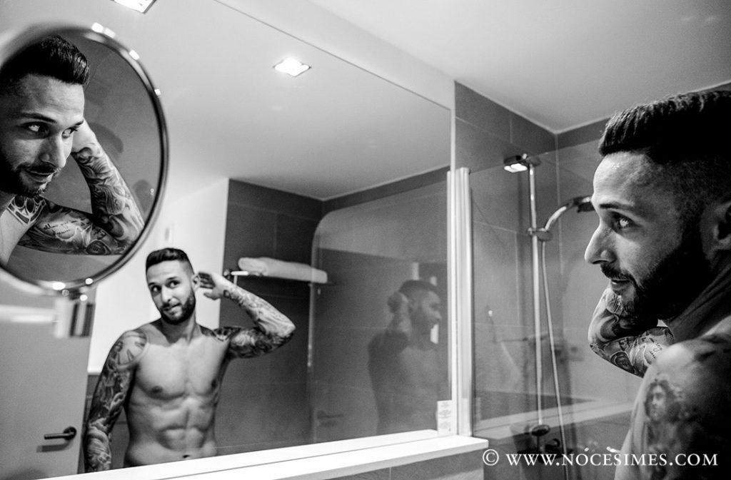 el nuvi reflexat al mirall de habitacio