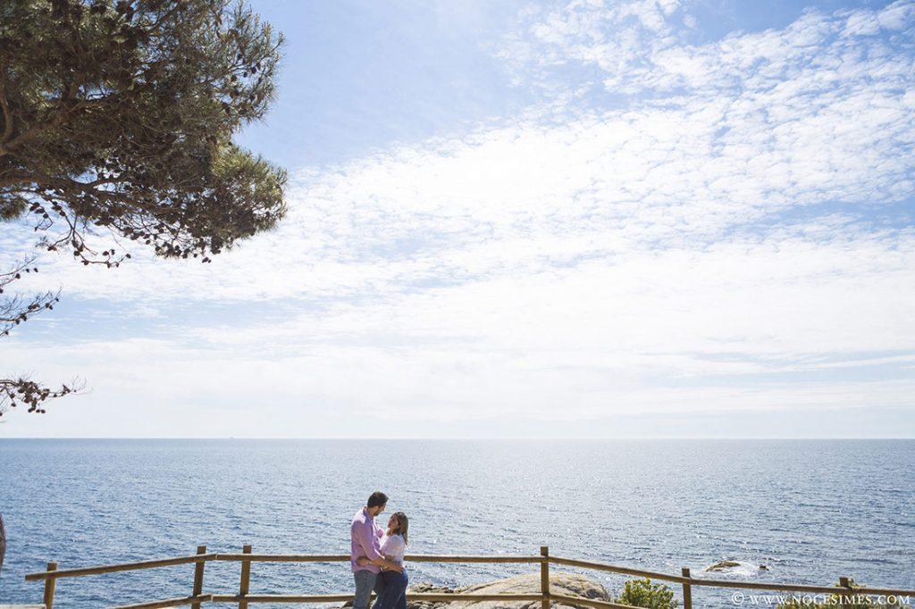 parella posa a un mirador de costa