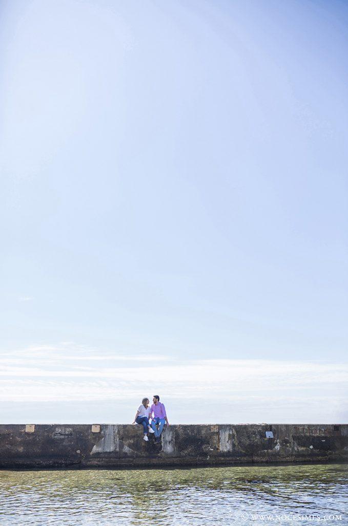 parella asseguda al mur