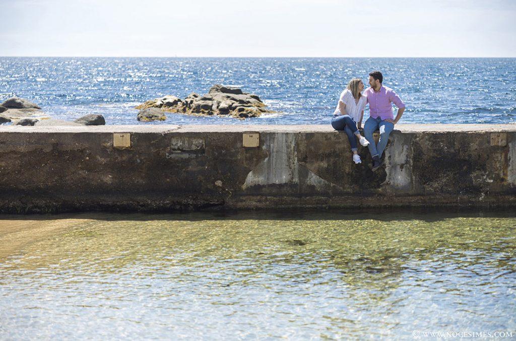 parella es miren asseguts al mur
