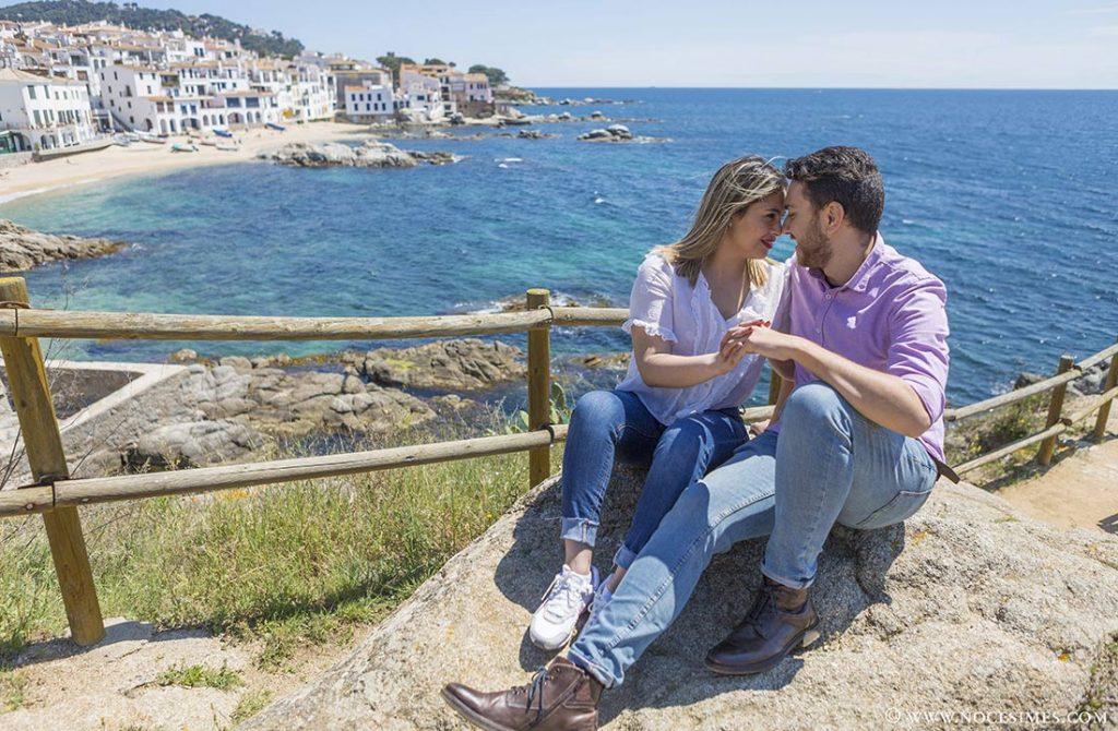 parella asseguda al mirador de Calella de Palafrugell