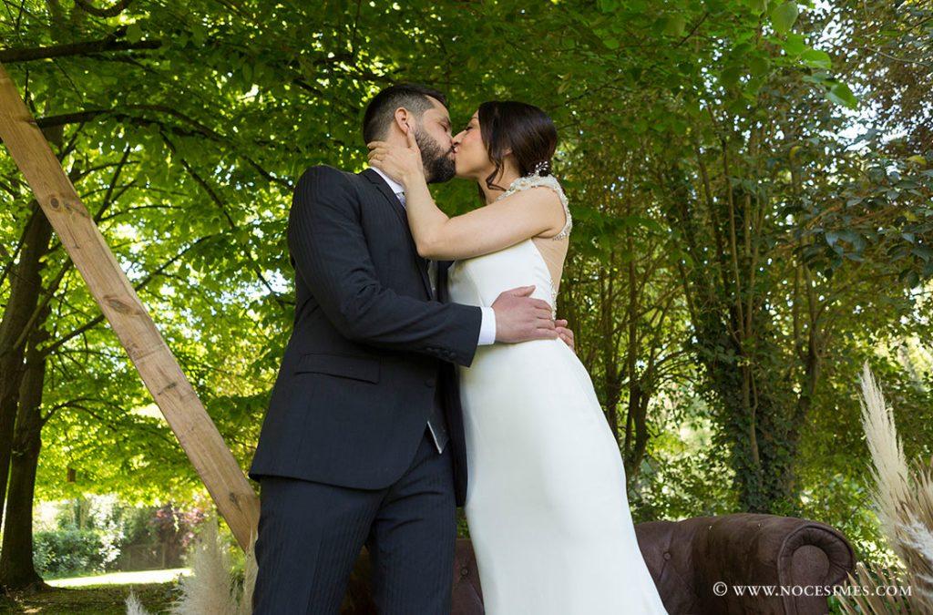 els nuvis es fan el primer peto de casats
