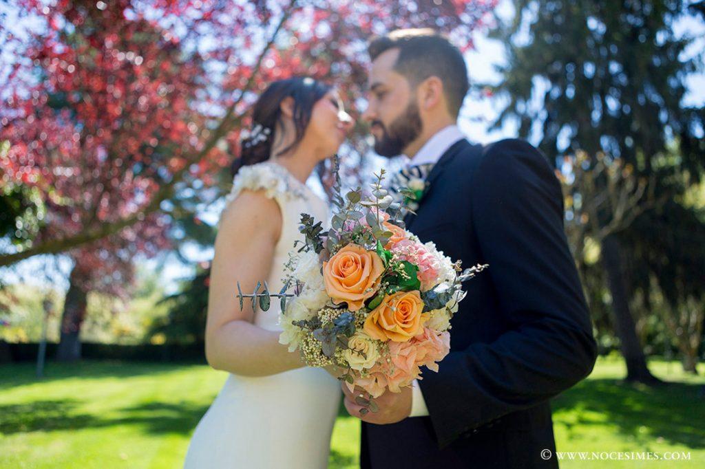 sessio de fotos romantica als jardins del mas marroch